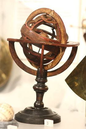 400px-Ptolemaic_armillary_sphere_from_1737_in_Putnam_Gallery,_2009-11-24